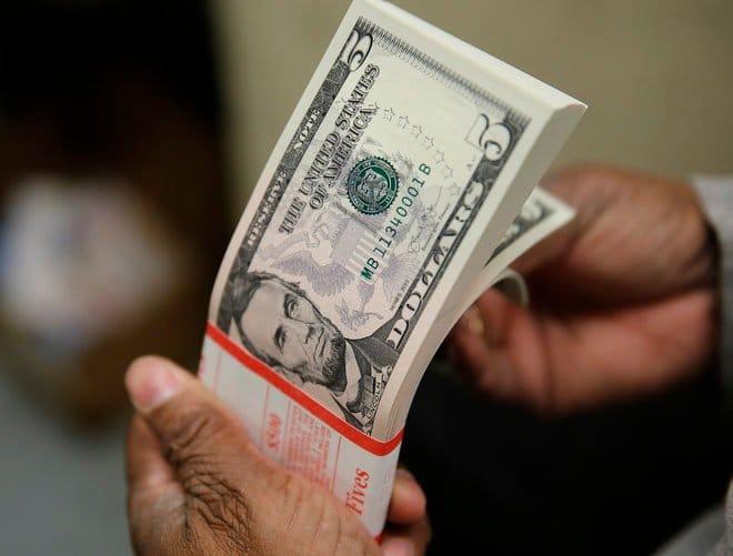 الدولار عند قمة 9 أشهر ونصف مع سعي المتعاملين للأمان