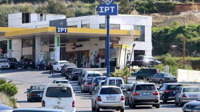توقعات بنفاد مخزون البنزين قريبا في لبنان
