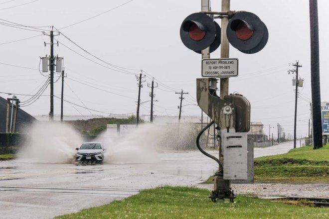«نيكولاس» .. إعصار أمريكي جديد يهدد مصافي التكرير الساحلية ومنشآت البتروكيماويات