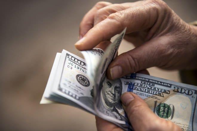 العملات الحساسة للمخاطر تصعد بفعل تطورات أزمة