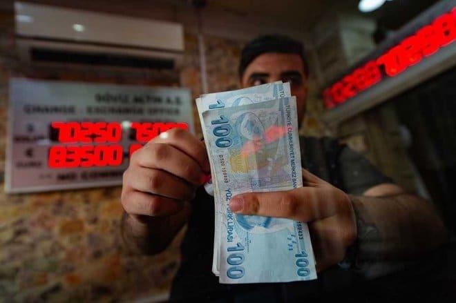 الليرة التركية تتراجع 15 % مقابل الدولار منذ بداية 2021