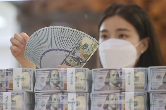 الدولار يلتقط أنفاسه وسط شكوك حول مصير